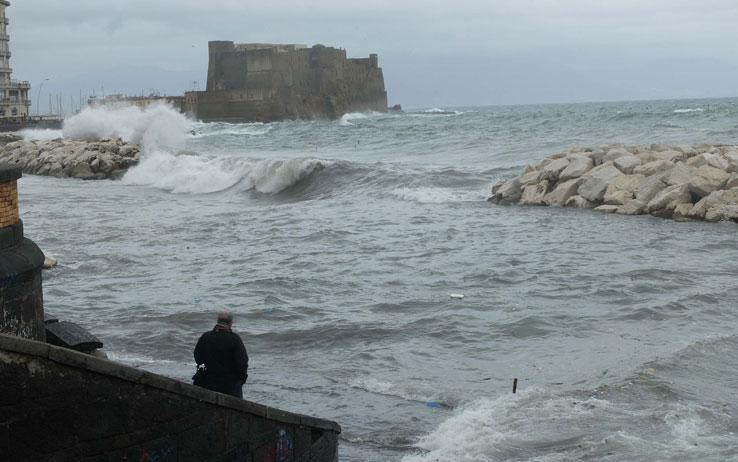 Collegamenti marittimi difficili a Napoli causa forti raffiche di vento