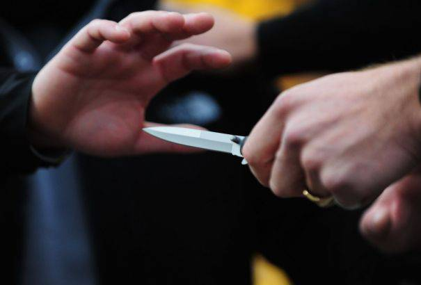 Non risponde al buongiorno, il vicino di casa lo aggredisce con un coltello da 16 cm