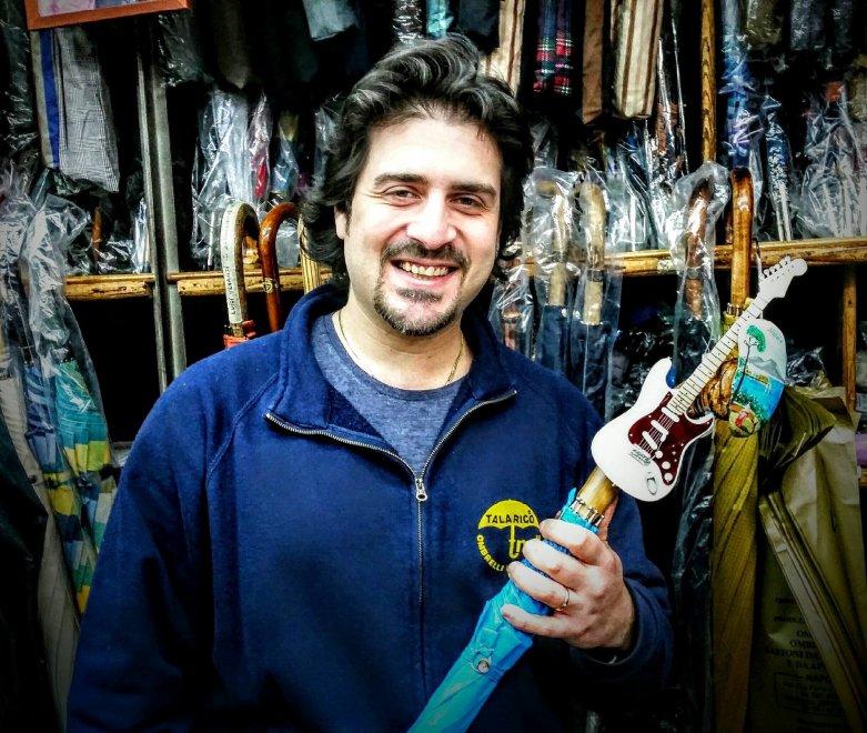 Mario Talarico realizza l'ombrello di Pino Daniele