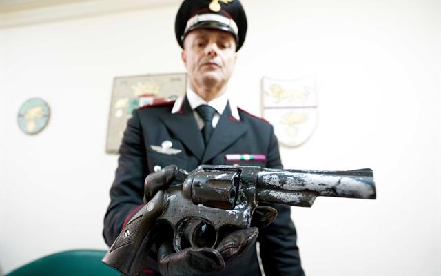 Quartieri Spagnoli, 17enne nascondeva pistola 357 magnum pronta all'uso sotto al letto