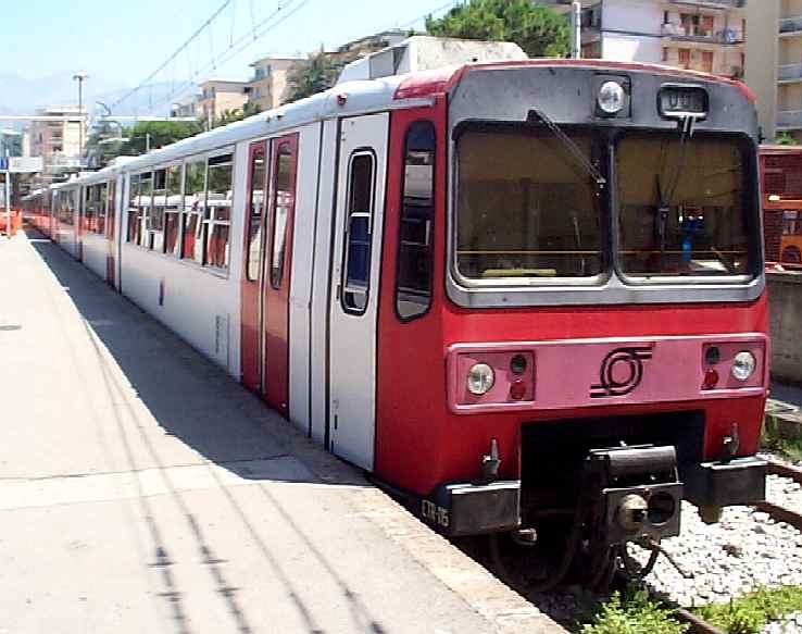 Sassi contro treno della Circumvesuviana, passeggera ferita