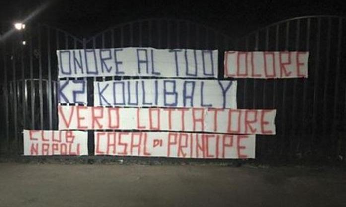 """Striscione a Castel Volturno per Koulibaly: """"Onore al tuo colore"""""""