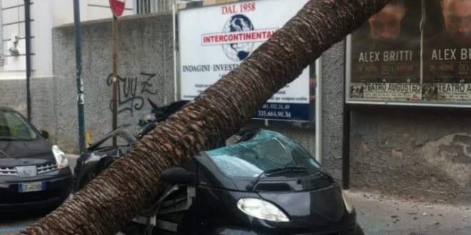 Maltempo, due morti nel Casertano e gravi danni a Napoli. Problemi nei collegamenti con le isole