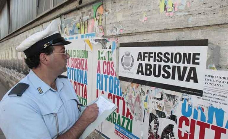 Manifesti abusivi a Napoli, il Comune chiede di denunciare via Facebook