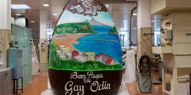 L'uovo di cioccolata da 300 chili di Gay Odin dedicato all'Apple che investe a Napoli