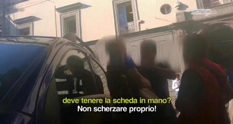 Amministrative a Napoli, scambio di soldi fuori i seggi. De Magistris: