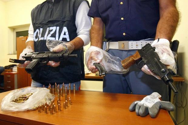 Scoperte armi e droga nel Napoletano: sequestrate 5 pistole, 1,5 kg droga e munizioni Ak47
