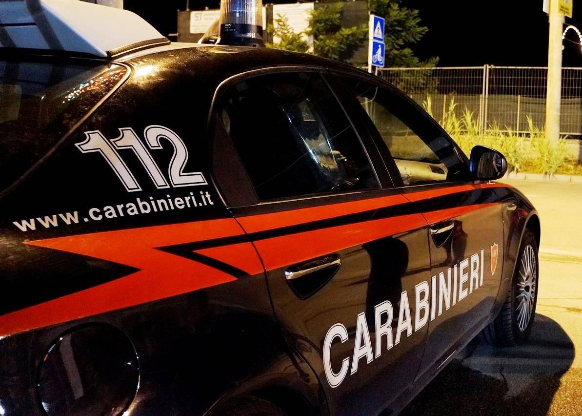 Uccide la compagna e si costituisce alla stazione dei carabinieri