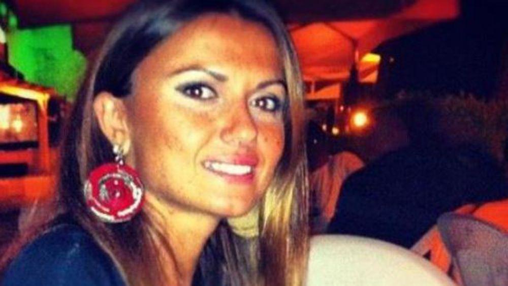 Carla Caiazzo posa come modella dopo che il suo ex le diede fuoco