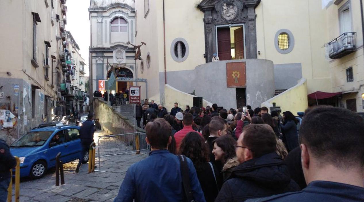 La lunga fila per Roberto Saviano (foto corrieredelmezzogiorno.corriere.it)