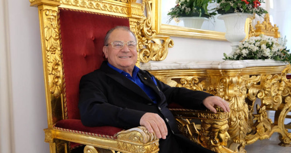 L'addio al boss delle cerimonie di amici e parenti: rose e orchidee per Antonio Polese