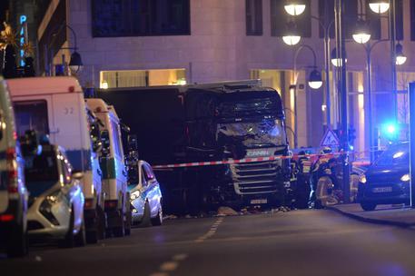 Attentato a Berlino: tir travolge la folla nel mercatino di Natale, 12 morti e 48 feriti