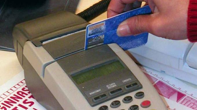 Clonavano carte di credito: coinvolti dipendenti del Comune di Napoli