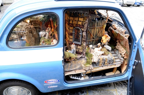 A Napoli la Fiat 500 della Polizia con all'interno un presepe