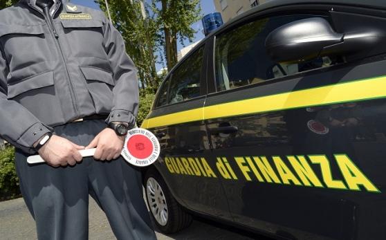 Lancia pistola dall'auto: arrestato 47enne nel Napoletano