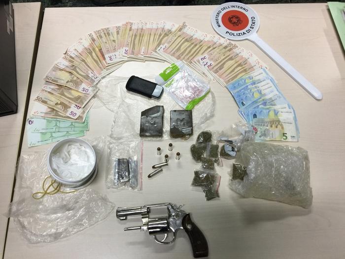 Zio e nipote arrestati a Secondigliano, sequestrate droga e una pistola