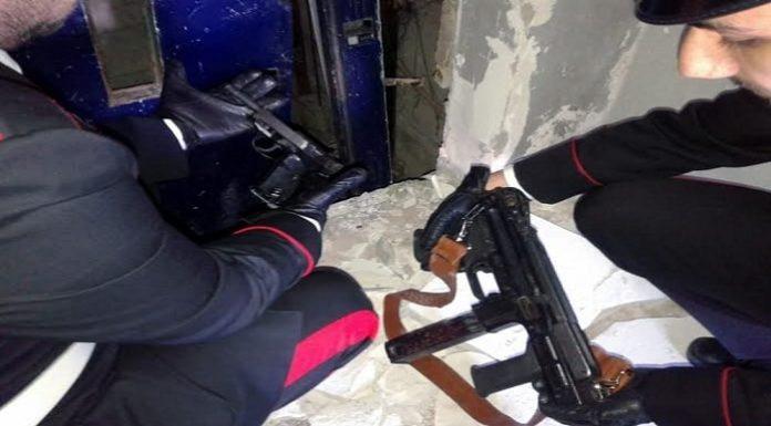 Pistola nel cassetto e mitra sotto letto: arrestato 32enne nel Casertano