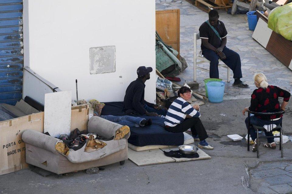 Sgomberato ex mercato ittico di Napoli: era il rifugio di 11 extracomunitari