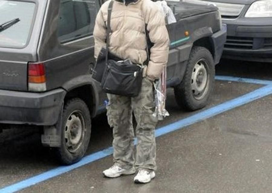 Parcheggiatore abusivo minaccia operai a via Marina, arrestato