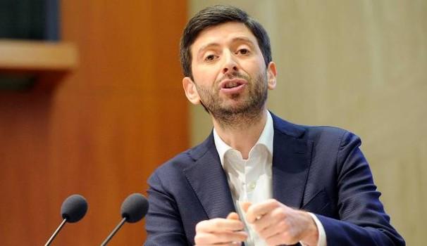 Lancia Ipad contro Roberto Speranza: denunciato 27enne
