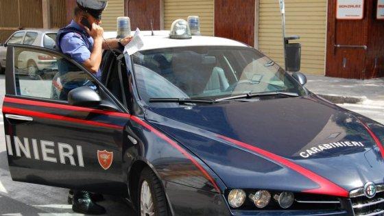 Ordigno artigianale esploso davanti all'ingresso di una rivendita di bibite a Napoli
