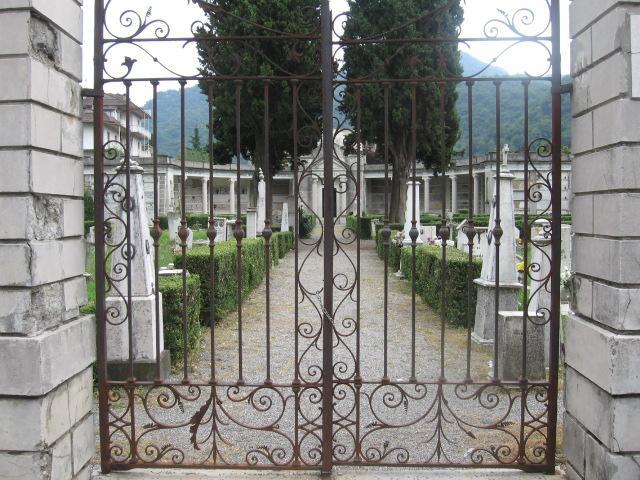 Persone rimaste chiuse nel cimitero, denunciato il custode