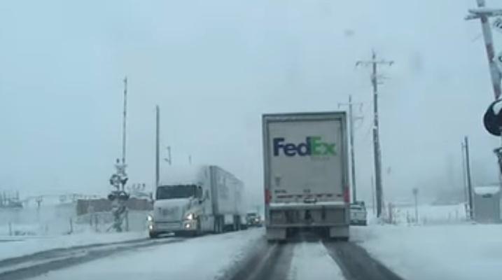 Treno travolge un camion al passaggio a livello. Video riprende tutto in diretta