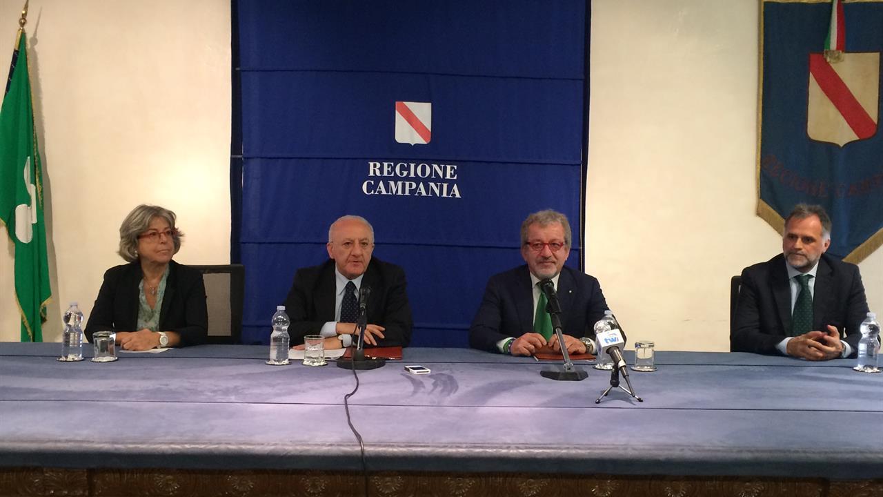 """De Luca e Maroni firmano il protocollo d'intesa: """"Unità su efficienza costi standard"""""""