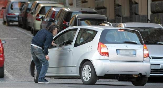 Estorsioni per parcheggio: 7 parcheggiatori abusivi dovranno lasciare Napoli