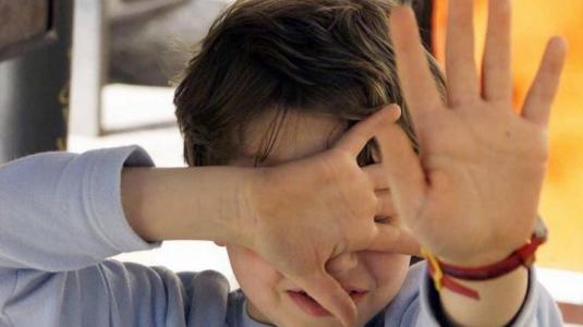 Picchiavano i bambini a scuola: in manette due maestre