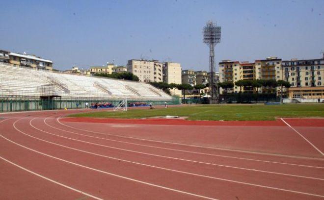 Protesta stadio Collana: scarpe da jogging appese all'esterno per la riapertura