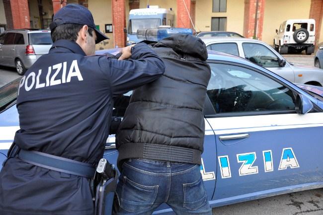 Difendono un rapinatore contro Polizia: sei agenti feriti
