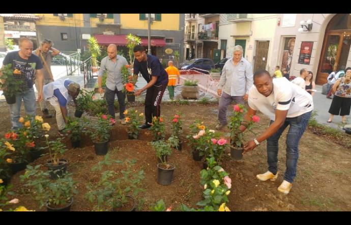 Migranti e residenti puliscono piazza