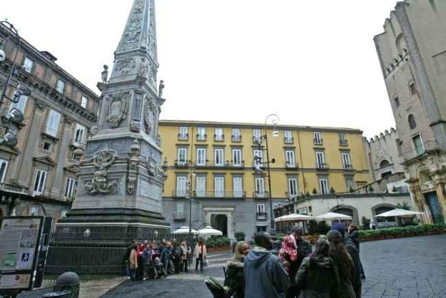 Sesso orale in piazza San Domenico a Napoli (Video)