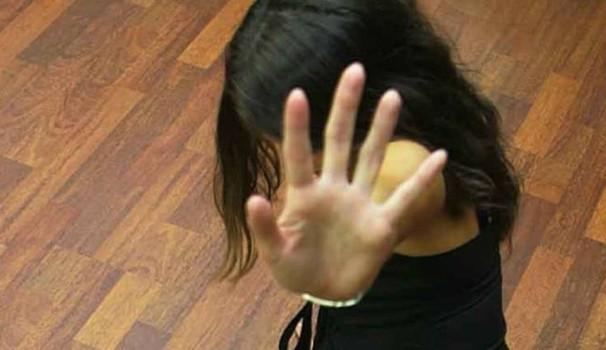 Violenza domestica: si getta dall'auto per sfuggire a marito violento