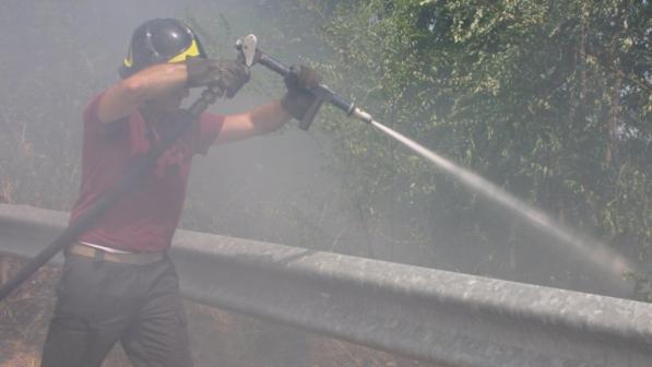 Incendi: sale sul tetto a causa delle fiamme, cade e muore