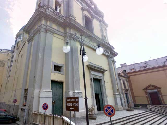Cadono calcinacci da chiesa a Torre Annunziata