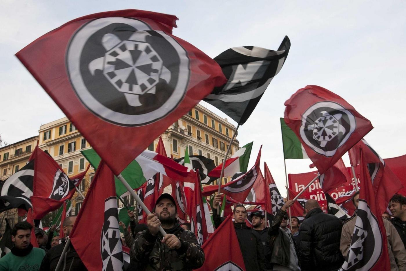 Tensione tra CasaPoud e collettivi in centro a Napoli