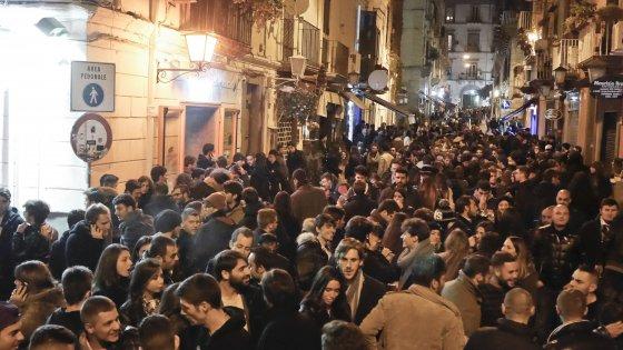 Movida, vietata la vendita di bevande in contenitori di vetro il 24 dicembre a Napoli