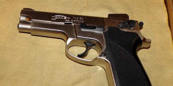 Fuorigrotta - Scoperte 3 pistole dietro una pensilina