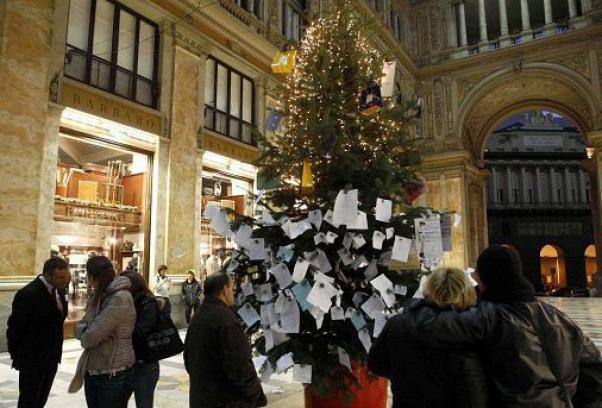 Distrutto l'albero dei Desideri nella Galleria Umberto: ipotesi cancelli