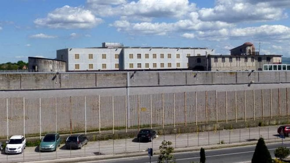 Aggressione nel carcere di Ariano Irpino: detenuto di scaglia contro due agenti
