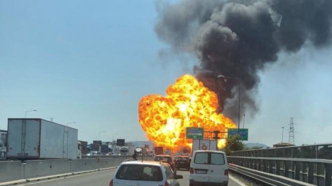Esplode un tir a Bologna: due morti e 55 feriti è il bilancio