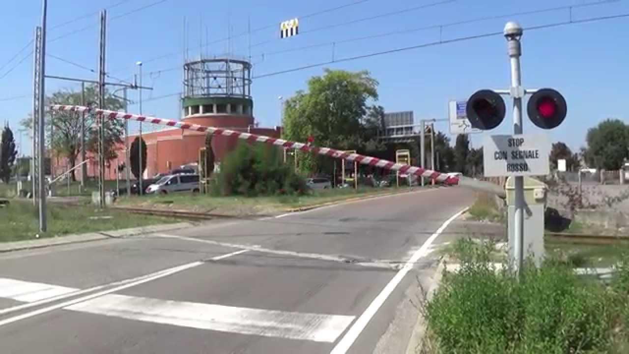 Sbarre alzate del passaggio a livello: treno rallenta mentre le auto transitano