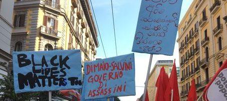 """Corteo di migranti e studenti a Napoli: """"Governo di assassini"""""""