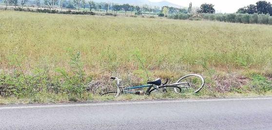 investe tre ciclisti