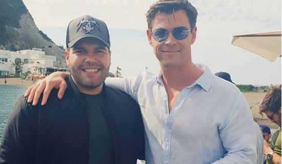 Salvatore Esposito incontra Chris Hemsworth: i due attori sul set di Man in Black