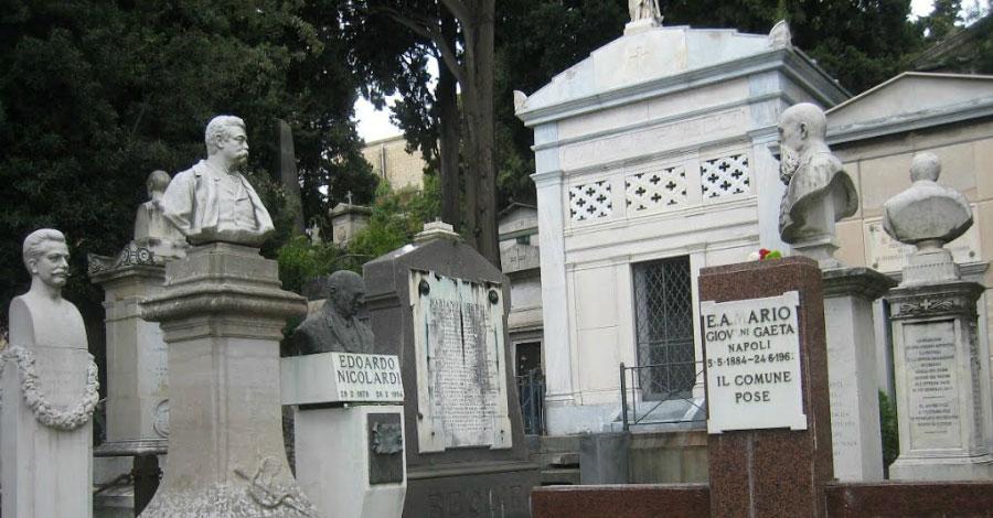 Degrado e ossa in vista al cimitero di Poggioreale (VIDEO)