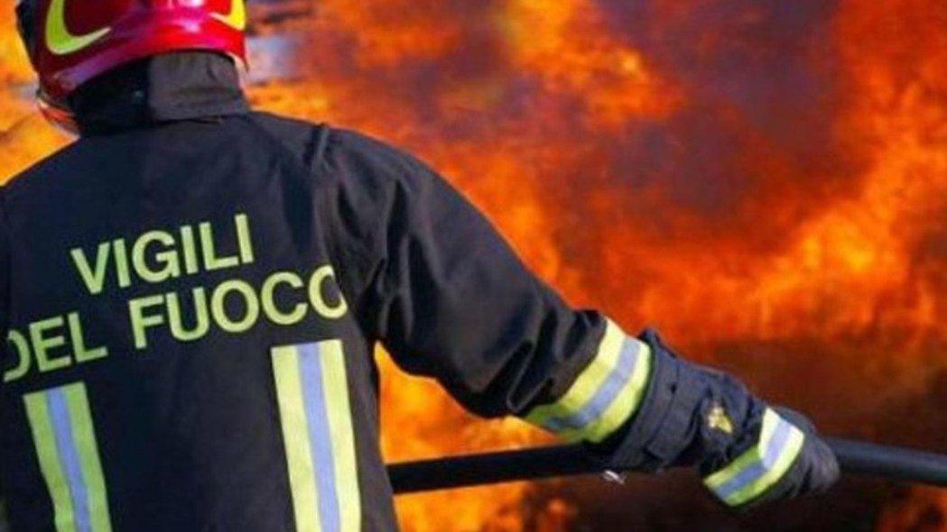 A fuoco deposito di rifiuti nel Napoletano, il Comune rassicura i cittadini