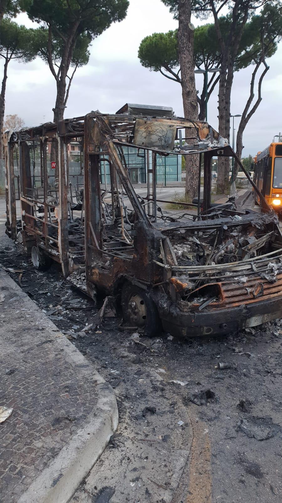 Bus Anm distrutto dalle fiamme nello stazionamento del Cardarelli